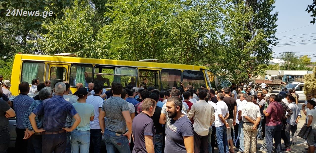 Alget (Gorarxı) ərazi birliyinə daxil olan bir neçə kəndin sakinləri yolu bağladılar - İki tələb irəli sürüldü (FOTO)