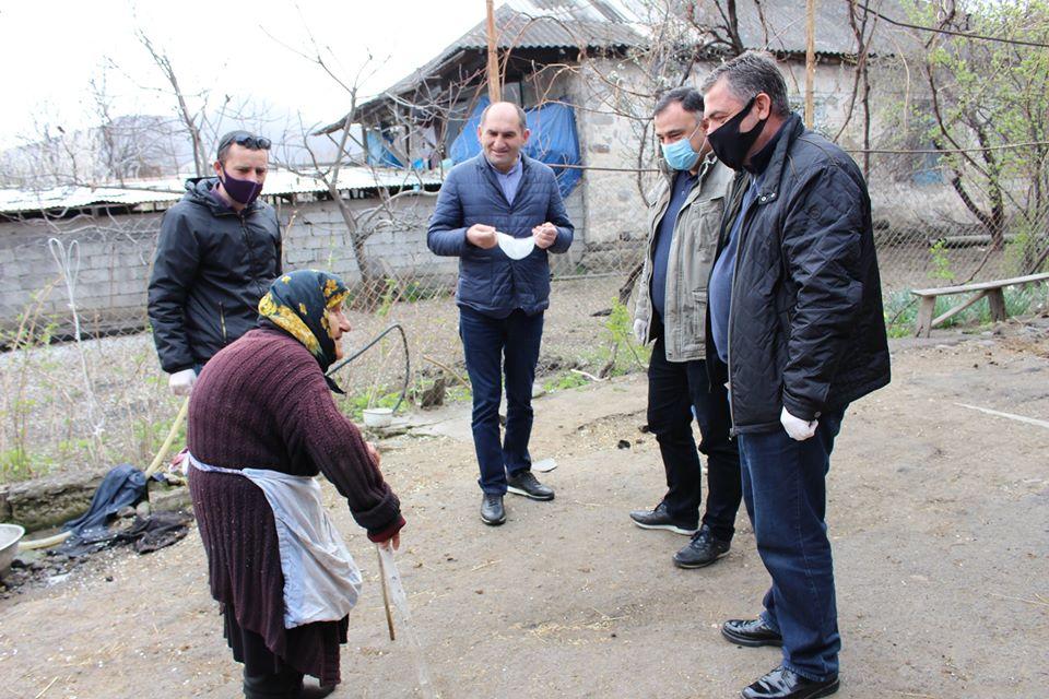 Bolnisi meriyası yaşlı və tək olan sakinlərə ərzaq paylayır (FOTO)
