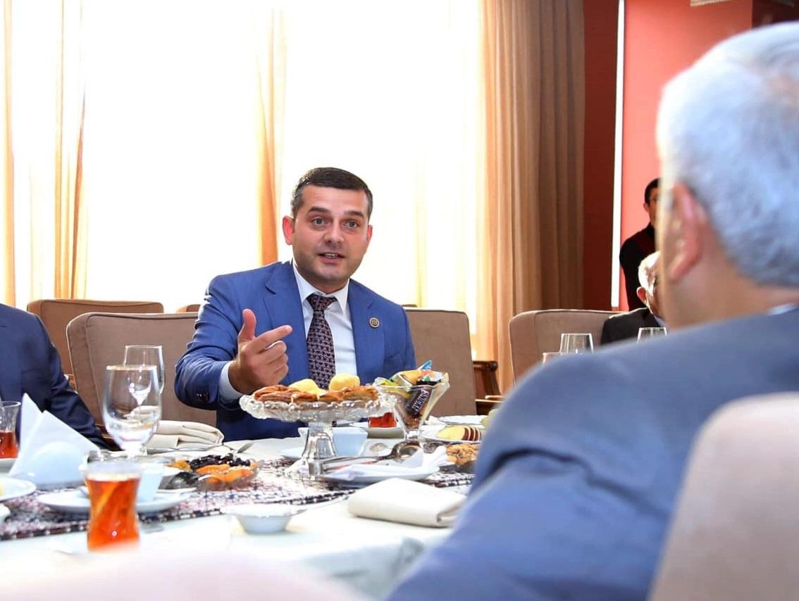 Millət vəkili Savalan Mirzəyevin komendant saatı zamanı restoranların birində külli miqdarda pulu oğurlanıb?