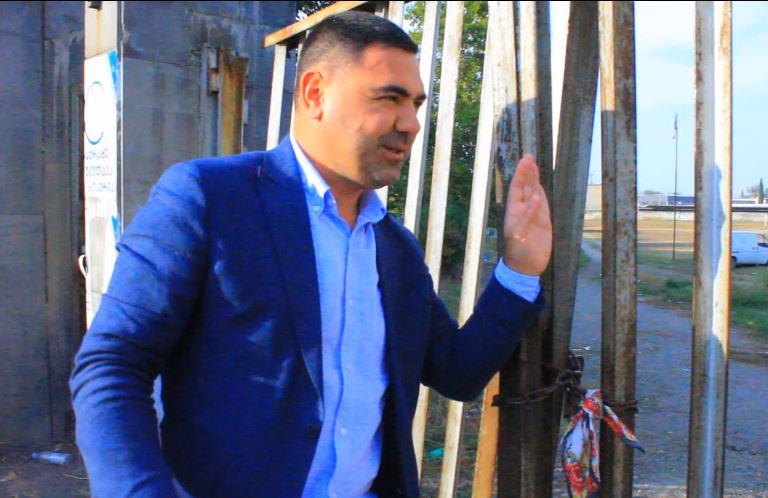 Əhməd İmamquliyev Marneulinin mərkəzi stadionunun qapısına dəsmal bağlayıb niyyət etdi...
